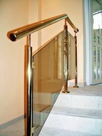 Лестница в дом - Лестница из стекляным перилом