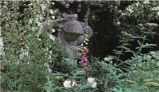 Расстановка визуальных акцентов в саду - каменная скульптура